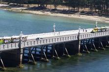tren turístico atravesando el puente de La Toja