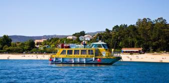 Barco llegando a las proximidades de la playa